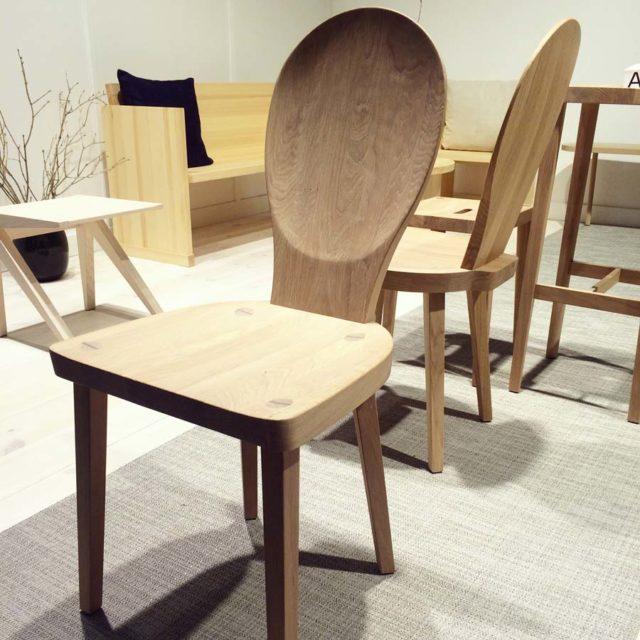 Och en ny gammal spännande stol! Stolen heter Skedblad, originalet är ritat av Carl Malmsten 1933. @tresekel fick uppdraget av @arketofficial att göra den igen, stolen kommer att finnas i alla Arkets kaféer. Tre sekel hade tur och hittade ett exemplar av stolen på Bukowskis, som de köpte och utgick ifrån. Nu finns den nya Skedblad färdig och på marknaden igen. (Foto Kurbits)