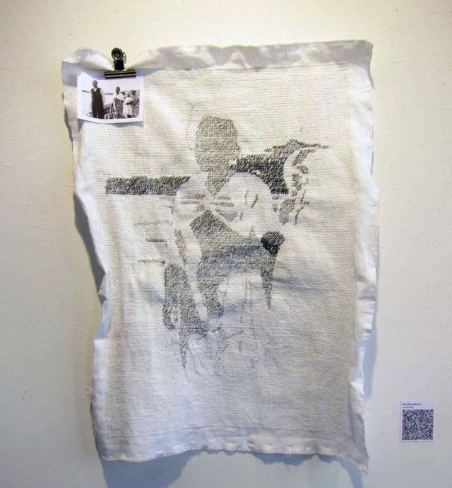 Karolina Keyzers arbete heter Oavslutad och består endast av halva korsstygn, i påbörjad skissform från ett porträtt på hennes mormor och mormors mamma. (Foto Kurbits)