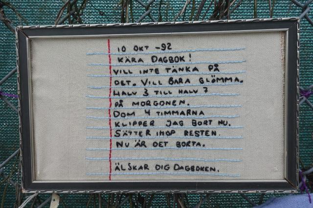 @ragtale med ett starkt broderat budskap ur sin dagbok från 1992. (Foto Kurbits)
