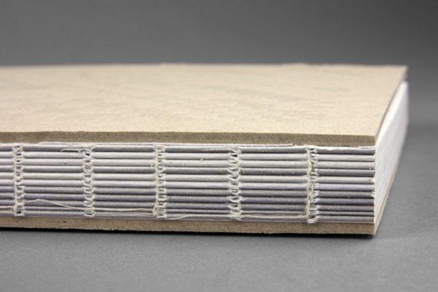 Och den fina ryggen! Jag älskar böcker med den här bundna ryggen, då det går så bra att läsa dem, utan att de viker ihop sig. Här är det extra fint att ryggen är öppen och därmed redovisar dess bindning. (Foto Göteborgstryckeriet)