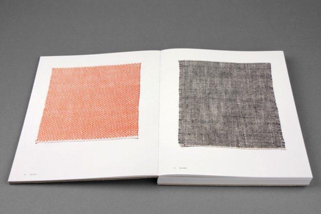 Silke, silke samt silke, ull i dessa två prover, vävda i tuskaft. Ett av uppslagen i boken Fabricate av Åsa Pärson. Vinnare av Svensk Bokkonst 2017. (Foto Göteborgstryckeriet)