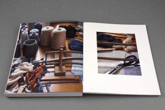 Största fokus är på de många skalenliga vävproverna Åsa Pärson arbetat med, men ytterligare lite ateljébilder finns också med i boken Fabricate. (Foto Göteborgstryckeriet)