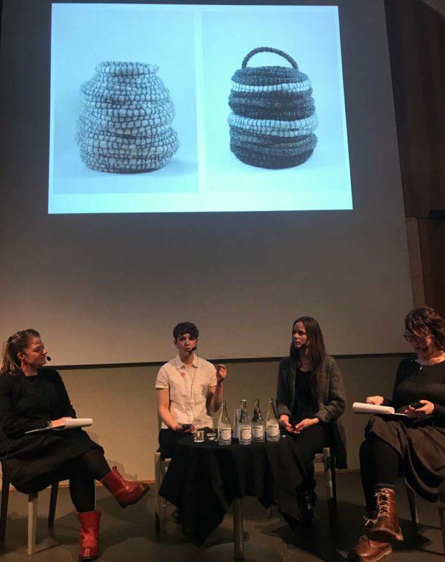 Här berättar Vega Määttä Siltberg om Jutro Kollektiv, som i sin första gemensamma utställning använt sig av ull i sina olika konstnärliga utövningar. Samma material, fyra helt olika uttryuck. (Foto Linnéa Öhman)