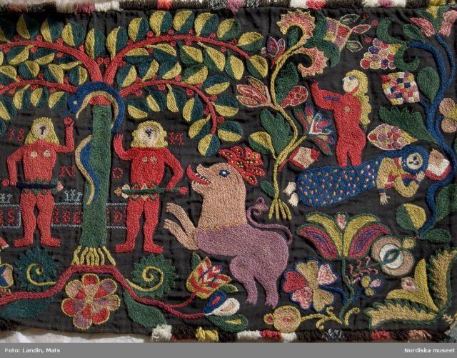 Skånskt broderat arbete för en åkdyna med dateringen 1814. Motivet föreställer Adam och Eva. (Foto Mats Landin / Nordiska museet)