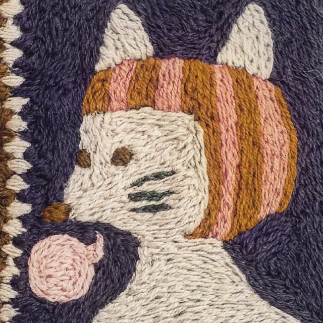 Elisabeth Bucht är textilkonstnär och konstpedagog, hon arbetar brett med handgjort skapande, där politik, samtal, reflektioner och åsikter får uttryck i nål, tråd, maskor och garn. (Foto Elisabeth Bucht)