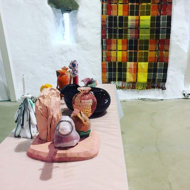 Tête-a-tête: på väggen Josefin Gäfverts Experiment genom en kökshandduk. I förgrunden verk av Åsa Jungnelius. Utställningen pågår fram till 28 maj på Olseruds konsthall i Skåne. (Foto Olseruds konsthall)