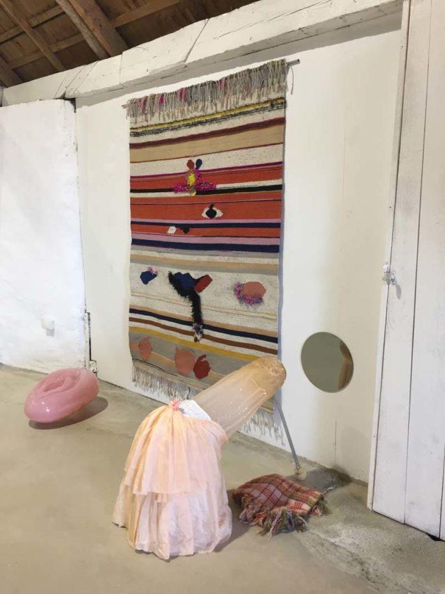 """Road to baby, Josefin Gäfvert, kopplat till den könsmaktordning Åsa Jugngelius utforskar i sina verk i glas (""""hålet och pålen"""") - två mycket spännande konstnärskap som undersöker feminism, jämställdhet och politik utifrån sina sinsemellan olika material. (Foto Olseruds konsthall)"""
