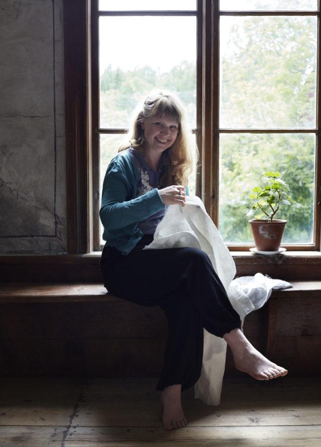 Karin själv fotad om jag inte är helt ute och cyklar i hälsingegården Erik-Anders. Fotograf i boken Svenska broderier är Karin Björkquist - med den äran!