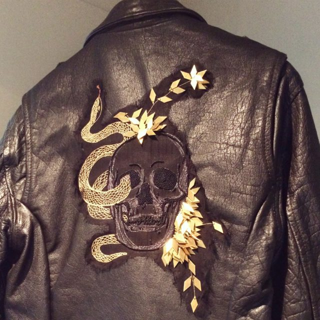 Broderad läderjacka av Sebastien Vanderkerchhove, med i den pågående smyckekonsttriennalen. (Foto Kurbits)