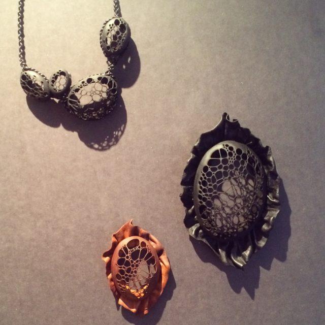 Arbeten av Sanna Svedestedt Carboo, skuret renskinn i broscher och halsband. (Foto Kurbits)