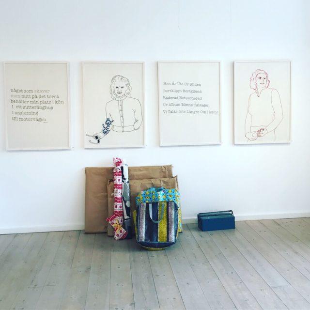 Anna Bauers textila verk på väggen, med stygnen, berättelsen och ilskan. Här i väntan på hängning i Laholm. (Foto Anna Bauer)