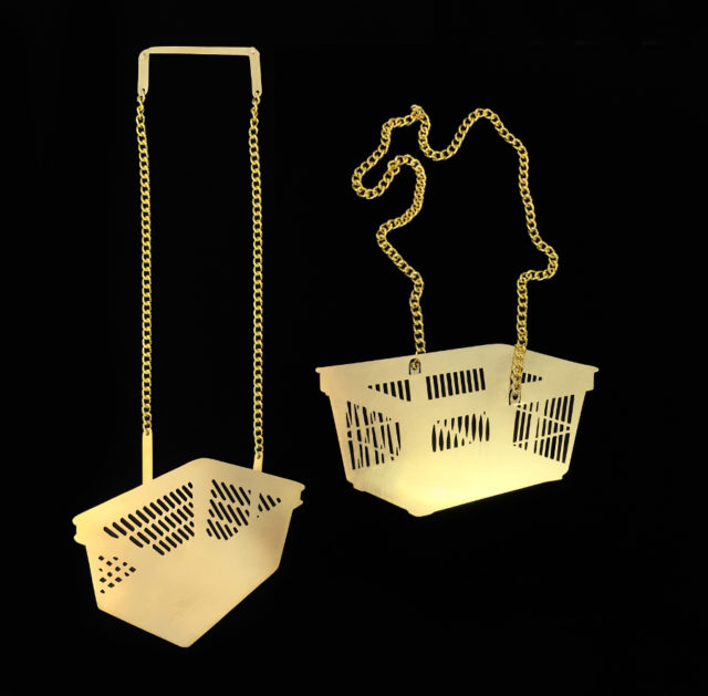 En av de tydligaste samtida symbolerna, eller hur? Shoppingkorgen, tolkad av smyckekonstnären Åsa Elmstam. Just nu på Nutida Svenskt Silver. (Foto Åsa Elmstam)