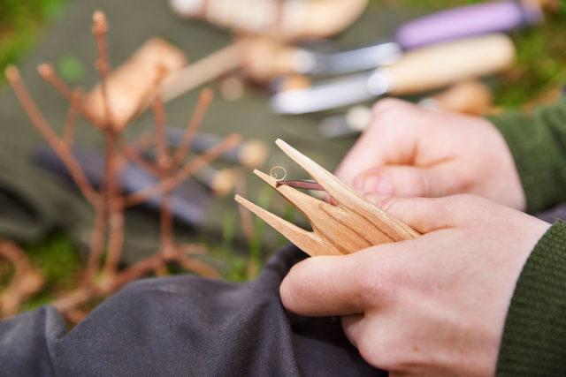 Naturälskaren Ida Olsson täljer en spork och visar hur hon gör i Täljboken. (Foto Per Björklund)