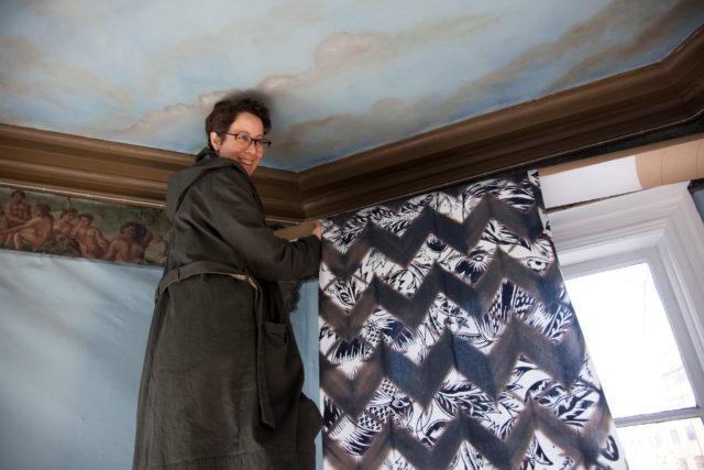 Elsa Chartin själv monterandes sin textil i Norrköping. (Foto Åsa Andersson Broms)