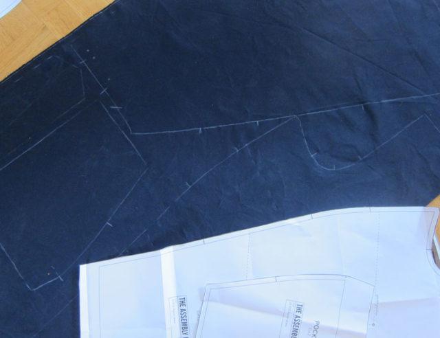 Enkelt och snabbt med krita enligt det stabila mönstrets kanter och du är igång. (Foto Kurbits)