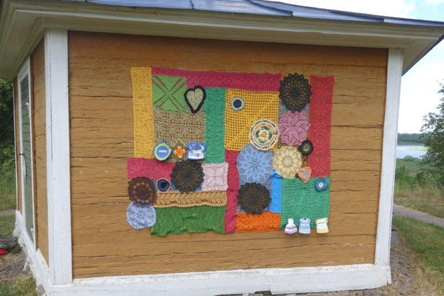 Som färgstark pendang till det vita har också detta hus mitt emot Lavvu fått en utsmyckning signerad Kvinnonätverket Hemma. (Foto Kurbits)