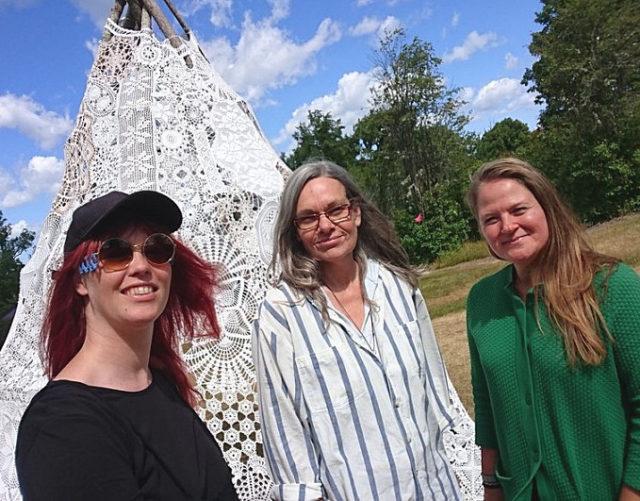 Här är vi framför verket Lavvu från kvinnonätverket Hemma. I mitten Anneli Lindberg som ligger bakom arbetet, och så är det Maria Yvell till vänster i bild förstås. (Foto Maria Yvell)