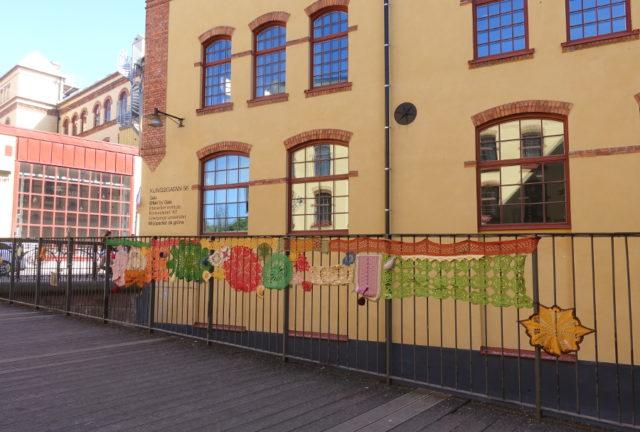 Mitt i centrala Norrköping hittade vi spår från Kvinnonätverket Hemma. (Foto Kurbits)