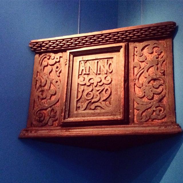 Hörnskåp från 1639 i utställningen Det blå skåpet, just nu på Östergötlands museum i Linköping. (Foto Kurbits)