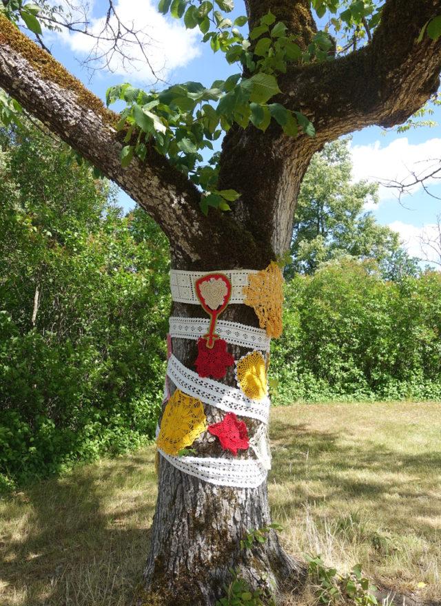 Parkens träd har också fått utsmyckningar i husmorsgraffiti signerat nätverket. (Foto Kurbits)