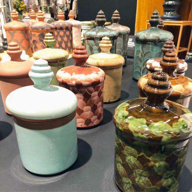 Catia Colt, spännande keramiker med både urnor som dessa och vaser i sin produktion. (Foto Kurbits)
