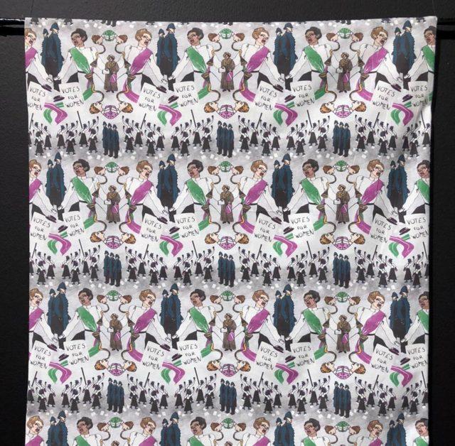Textil och kvinnohistoria hör ihop, det är sen gammalt. Här en fantastisk kollektion av just det - här suffragetter som vill ha rösträtt. Gina Eriksson och hennes Pattern me bright ligger bakom kollektionen, som berör ett antal olika femininstiska gärningar i historien. (Foto Kurbits)