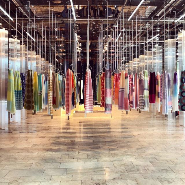 Vackert till färg och form, men också hängning - hundra handgjorda sjalar av Keiji Otani, en av mässans gäster från Japan. (Foto Kurbits)