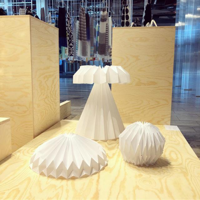 Mihiro Burman skapade objekt till KIN-utställningen, alla i origamivikningar och med ljuset spelandes i vikningarna. (Foto Kurbits)