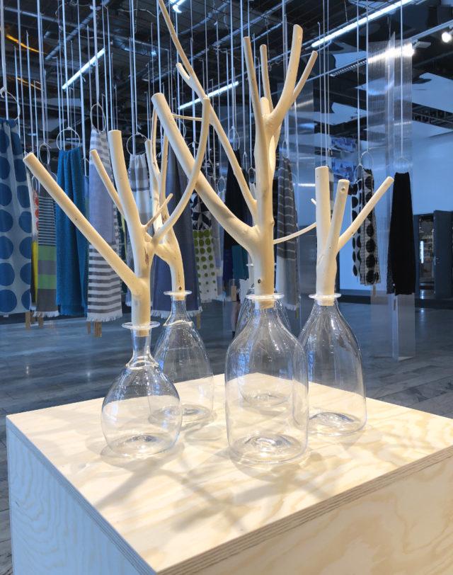 Yoko Yamano Andersson blåser sedan 15 år tillbaka glas i Sverige, främst bruksföremål med en fin blandning mellan det japanska och svenska. (Foto Kurbits)