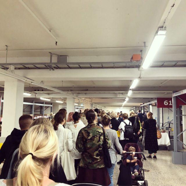 Morgonens kö på Ikea Kungens Kurva i Stockholm. Till slut fick vi alla handla, men stora delar av kollektionen gick på under halvtimmen.