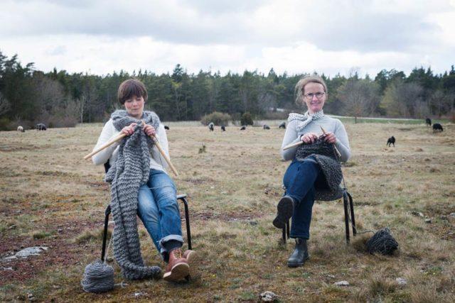 Här sitter Anna Josefin Hagberg och Karin Kloth och stickar. De driver Eldblå tillsammans, där de använder den gotländska ullen till inredning och textil. (Foto Anna Sundström)