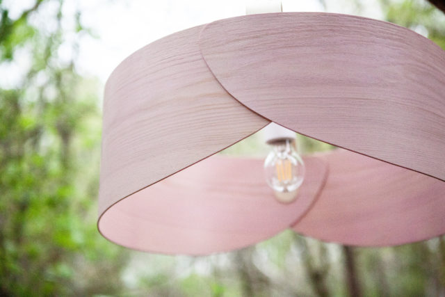 Numera kommer lampan i ett platt paket, där du själv fäster ihop den till färdig produkt. (Foto Petra Wester Norgren)