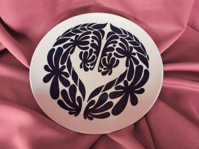Det Dalahästinspirerade mönstret på tallriken heter Equus Regina, och ingår i Sloydlabs kollektion. (Foto Sloydlab)
