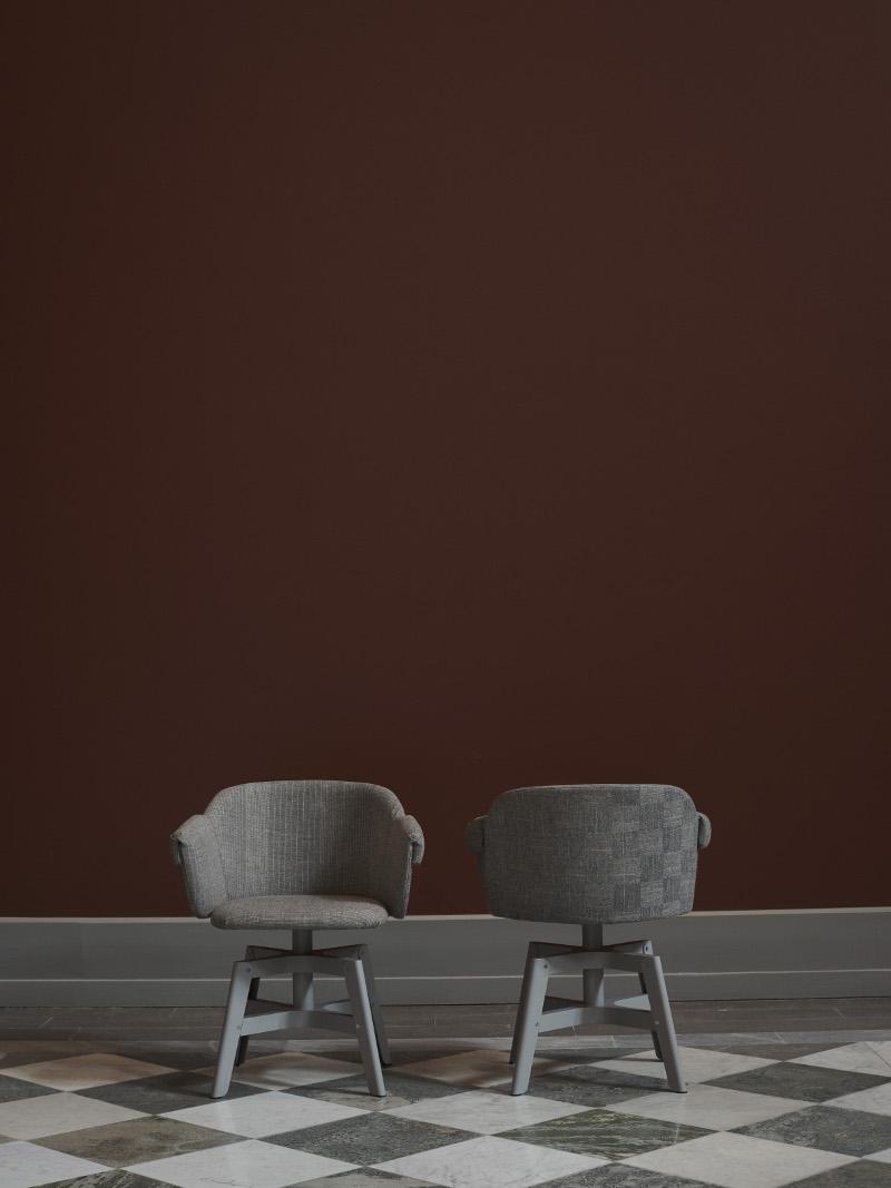 """Finfin stol med handvävt tyg: NM& 036 Stolen Kavalett är fomgiven av Matti Klenell och producerad av Swedese. Tyget, 35 meter, är handvävt av Åsa Pärson och heter """"Molly Couture"""". (Foto Pia Ulin)"""