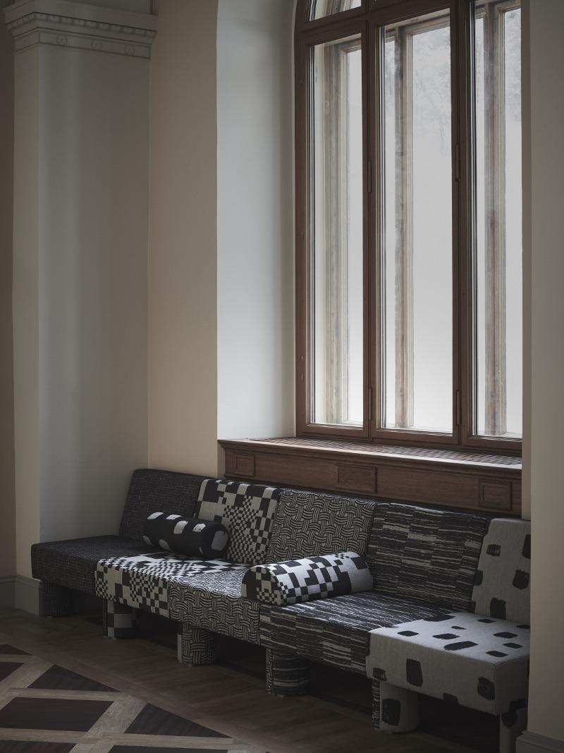 Soffa med textil gjord av varje medlem i projektgruppen, i fem delar. (Foto Pia Ulin)