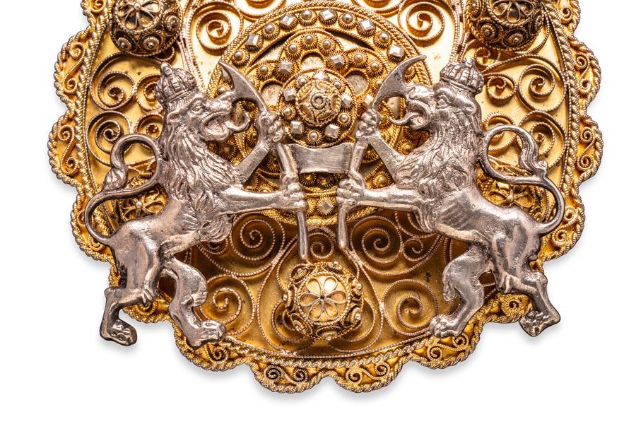 Guldsmycke som visas i Romska smycken – hantverk, tradition och ett sätt att leva. (Foto Torkel Edenborg)