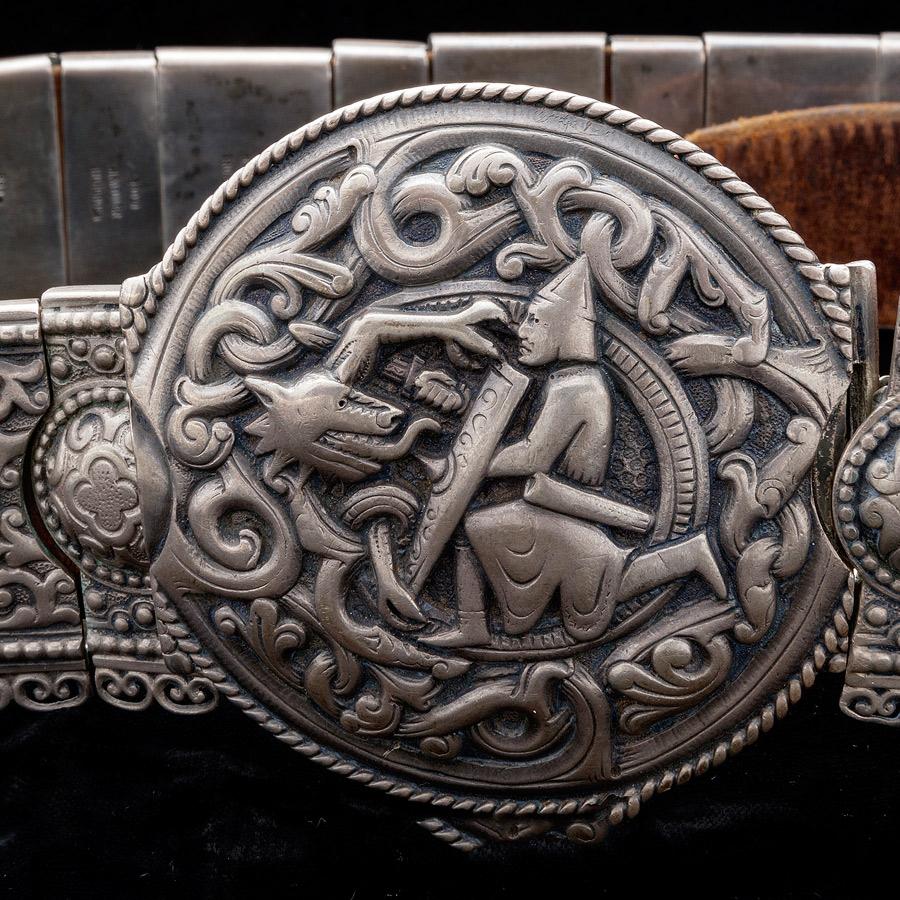 Armband som ingår i den i utställningen Romska smycken - hantverk, tradition och ett sätt att leva, på Regionmuseet Kristianstad. (Foto Torkel Edenborg)