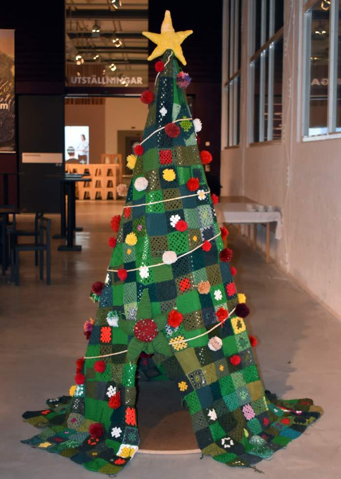 Mångfaldsgranen på Västerås Konstmuseum, initierad av @youlors och utförd av många gemensamma händer runt om i landet. Varje ruta mäter 10x10 cm och är tillverkad för att pryda granen. (Foto Lm)
