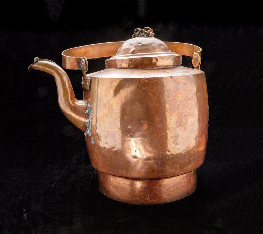 Romska föremål och berättelser om hantverksskickligheten synliggörs i  vandringsutställningen om romska smycken och hantverket därikring. 76c3254e01530