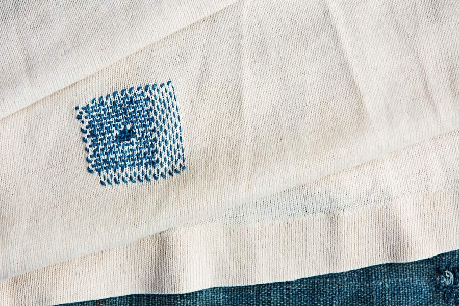 En stoppad tröja, ur boken Lappat och lagat, av Kerstin Neumüller, ett julkappstips till alla som vill lära sig mer om att ta hand om sin garderob. (Foto Hampus Andersson)