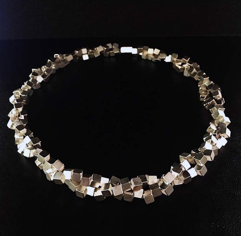Halsband av Niklas Ejve, just nu på Nutida Svenskt Silver. (Foto Nutida Svenskt Silver)