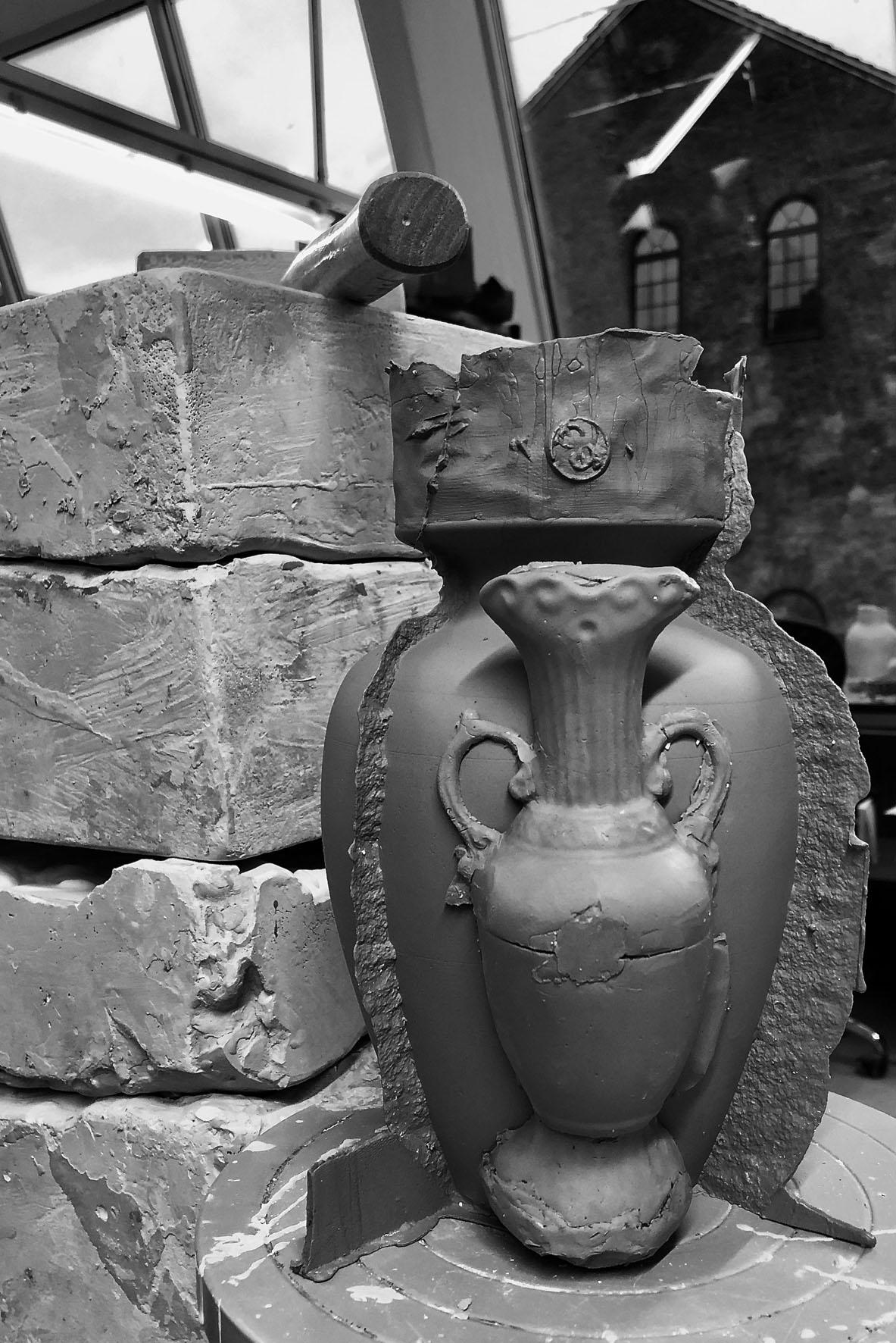 Saturns Urns av Elin Alvemark. I stengods, och just nu i utställningen Almost Visible på Lerverk i Göteborg. (Foto HDK)