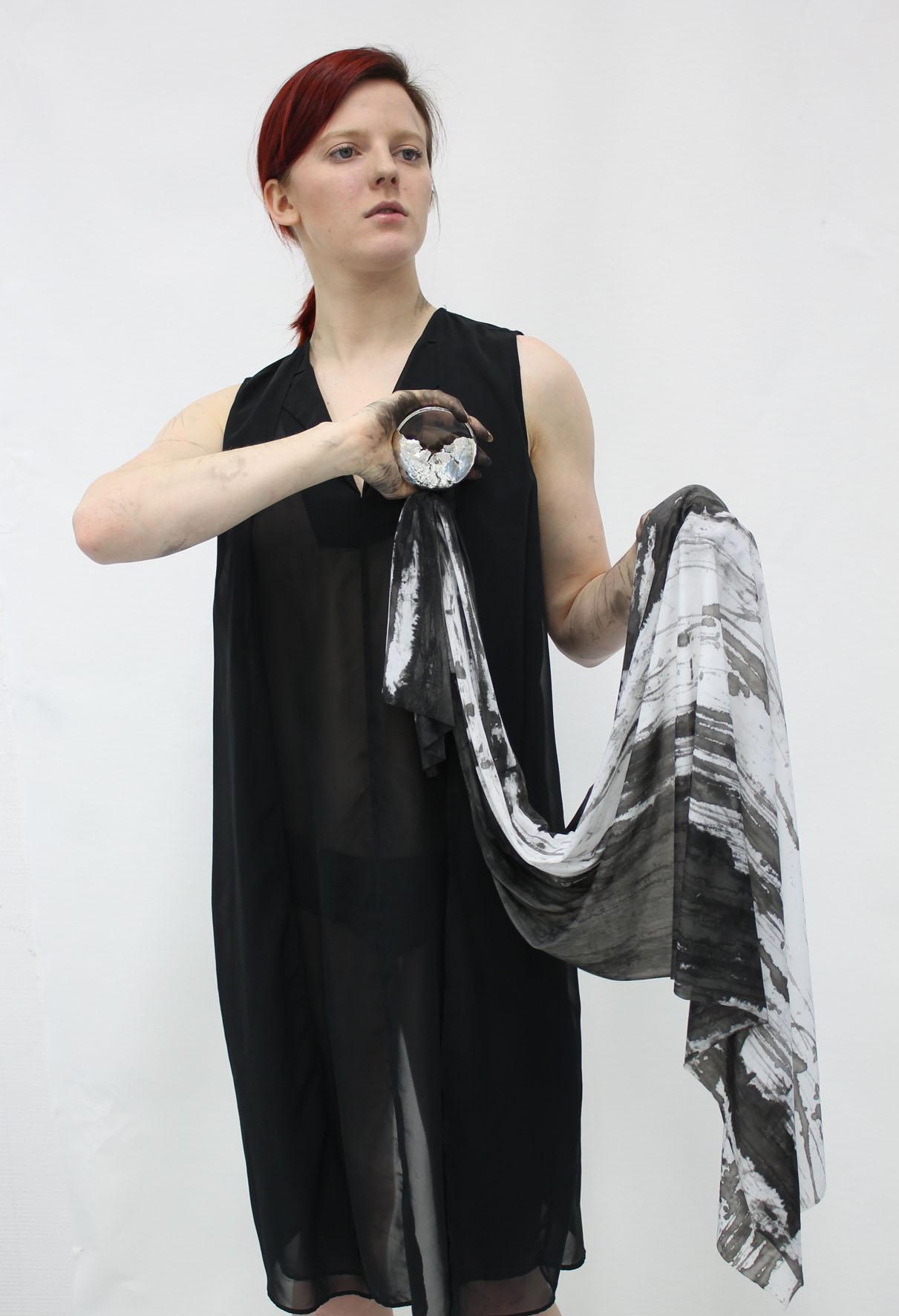 Verket Moon river av Veronica Andersson består av silver, glas textil och svart bläck. (Foto HDK)