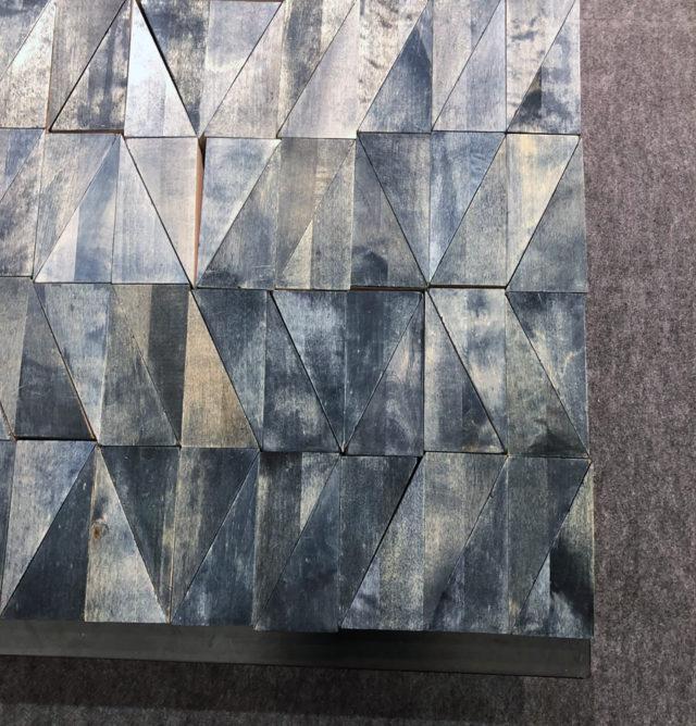 Marie Louise Hellgrens indigofärgade trägolv kommer här - dessa triangelformer är spill som utgör delar av den pall som hon rönt stor uppmärksamhet med de senaste åren. Roligt att formen får olika skepnader i hennes sätt att tänka. I montern finns också den matta som Asplunds tagit fram i tencel med samma mönster. Inspirerande! (Foto Kurbits)