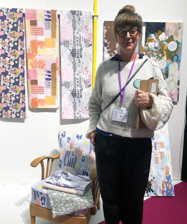 """Jag träffade också på Caroline Mueller som presenterade sig som maker och driver Textileriet, en ateljéverkstad där hon trycker digitaltryck utifrån sina målningar. Hon driver produktion efter förfrågan och säger """"att vara i själva görandet och vad som händer där är det viktiga, resultatet är en bonus!"""" - apropå hur vi tänker oss status framöver menar jag... fint möte! (Foto Kurbits)"""