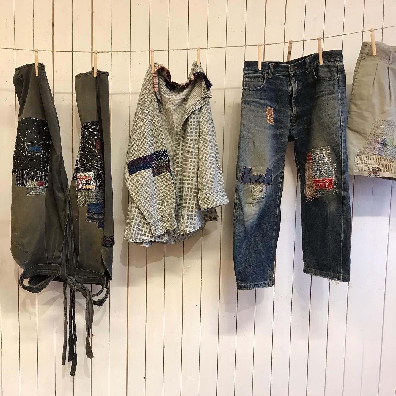 Just nu ställer textilkonstnären Takao Momiyama ut sina lagade plagg på Hemslöjden i Skåne, Landskrona. Broderade i sashiko ger han sina kläder nytt liv. (Foto Hemslöjden Skåne)