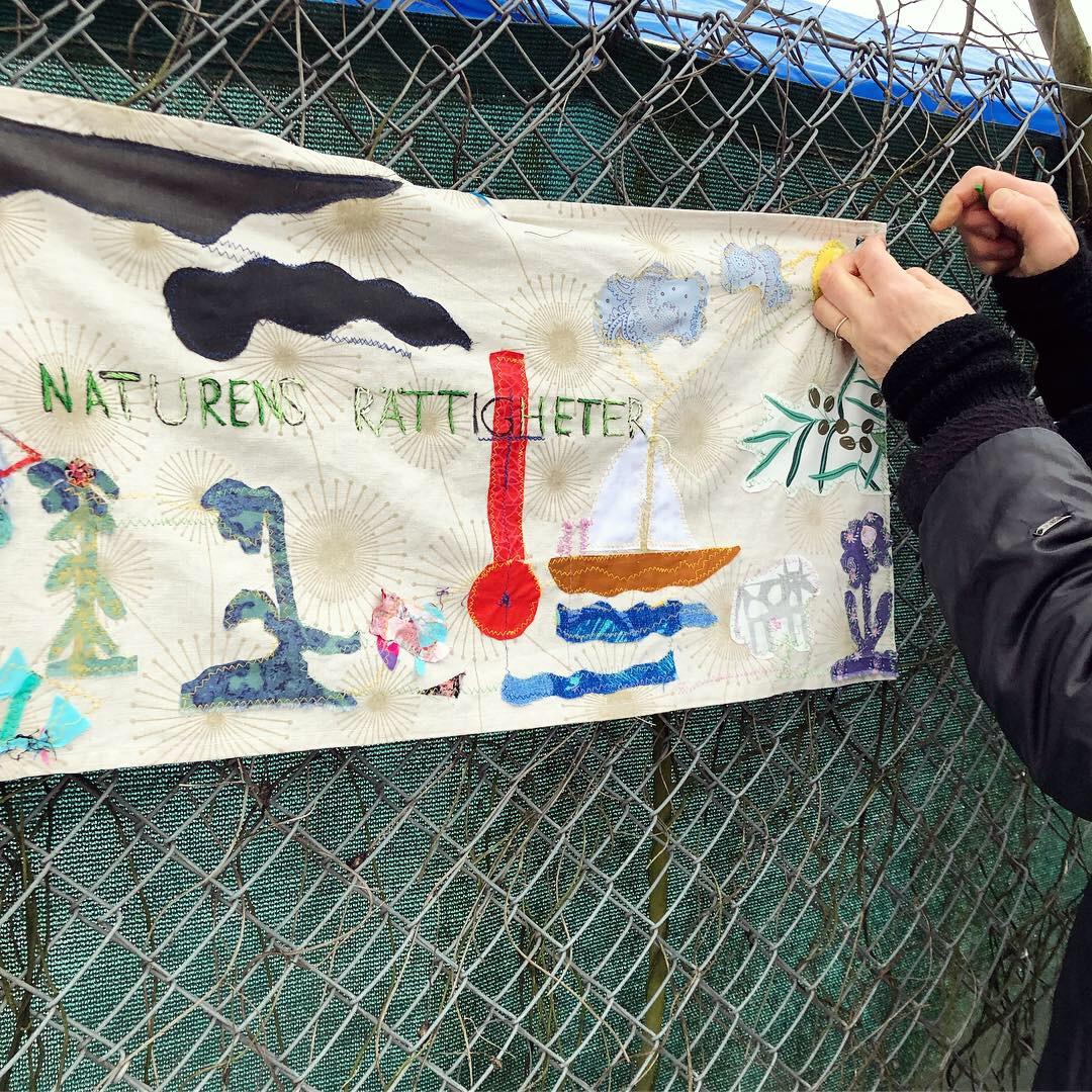 Naturens rättigheter - ett avtryck i textil om hur förändringar i klimatet ställer allt på ända. Utövaren Ulrika in action. (Foto Kurbits)