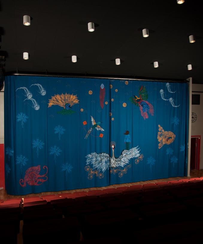 Den stora ridån Ton Magi - fast annorlunda är gjord av konstnären Carina Marklund, till Folkets hus i Kalhäll. Ridån invigdes innan jul. (Foto Carina Marklund)