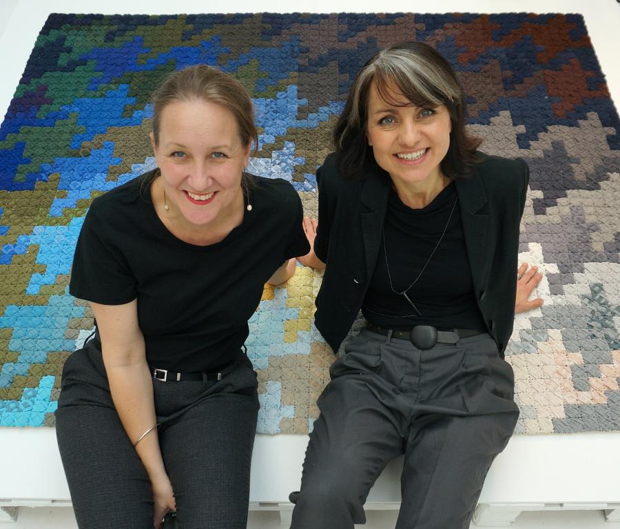 Katarina Evans till vänster och Katarina Briditis till höger. Författare till Hemslöjdens förlags teknikhäften Lappa och Stoppa. (Foto privat)