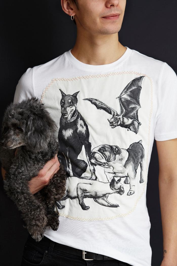 Roligt sätt att fixa till en t-shirt! Sätt trycket på en ny t-shirt och vaddera det! Ur Lappa av Katarina Evans och Katarina Brieditis. (foto Karin Björkquist)